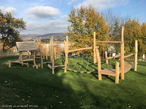 Structure de jeux sur-mesure en bois de robinier sculpté - Photo 1