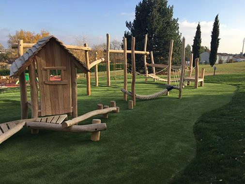 Structure de jeux sur-mesure en bois de robinier sculpté - Photo