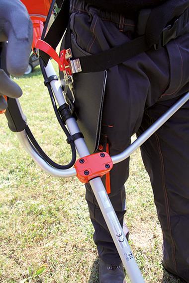 Débroussailleuse thermique portative à dos - Photo